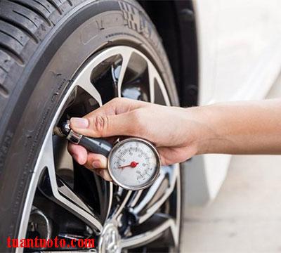 bơm lốp xe ô tô bao nhiêu kg là đủ