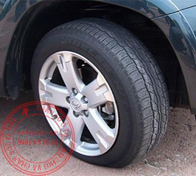 bơm lốp xe ô tô