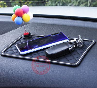 miếng dán điện thoại trên ô tô